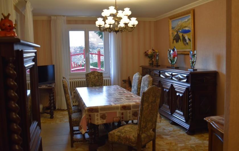 Location de vacances - Villa à Pierre-Châtel - Salle à manger avec vue sur le bassin.
