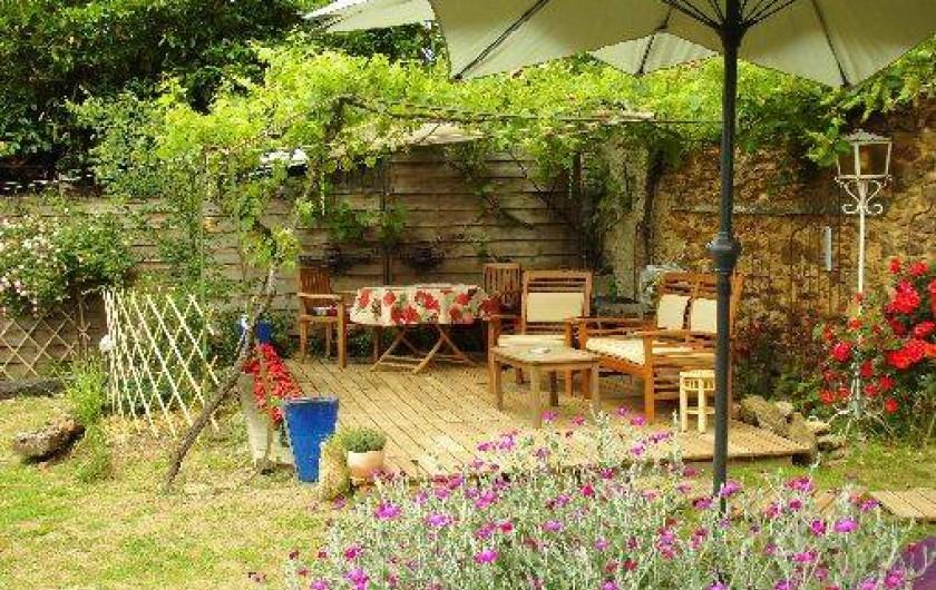 Location de vacances - Gîte à Le Trioulou - jardin entièrement clôturer avec terrasse couvert de 20 m2 plein sud