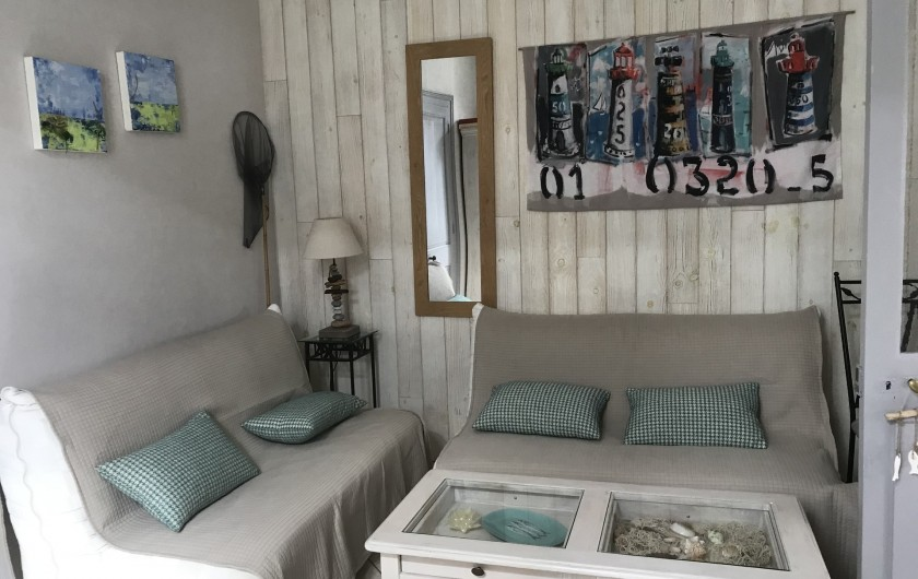 Location de vacances - Villa à Châtelaillon-Plage - Salon donnant sur séjour avec 2 canapés-lits, TV écran plat...