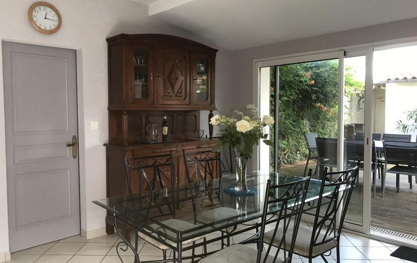 Location de vacances - Villa à Châtelaillon-Plage - Cuisine/séjour sur jardin très bien équipée: TV écran plat....