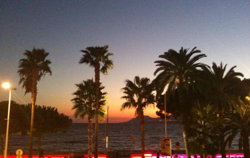 Location de vacances - Appartement à Cannes - Coucher de soleil depuis la terrasse de l'appartement