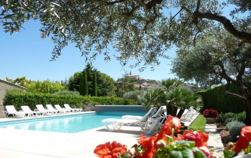 Location de vacances - Gîte à Crillon-le-Brave - Le village vue de la piscine