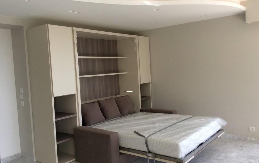 Location de vacances - Appartement à Menton - lit escamotable dans le salon 160 X 200