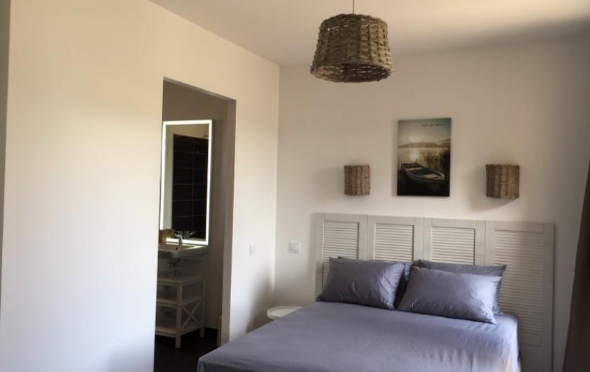 Location de vacances - Appartement à Biscarrosse - Appartement MERMOZ Chambre avec un lit double et sa salle d'eau