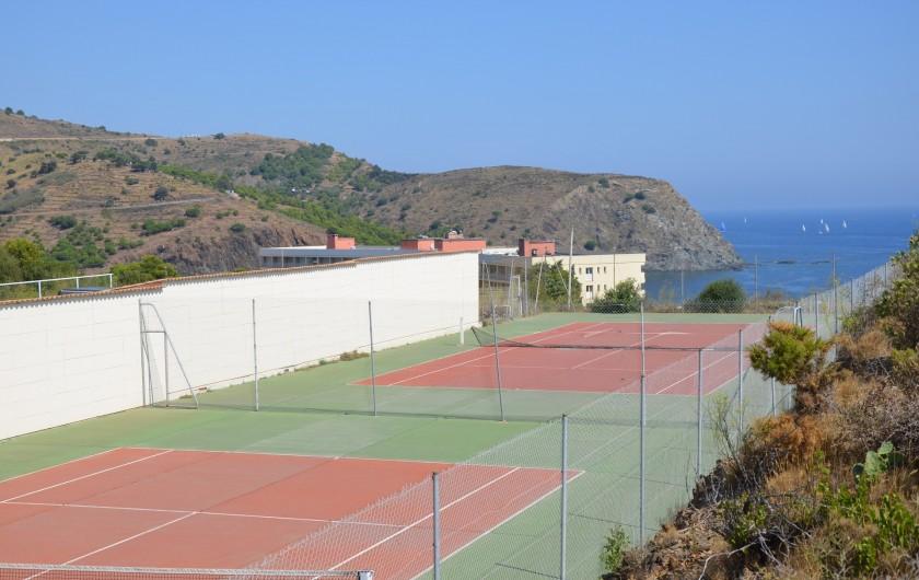 Location de vacances - Appartement à Cerbère - 2 Terrains de tennis en face de la mer