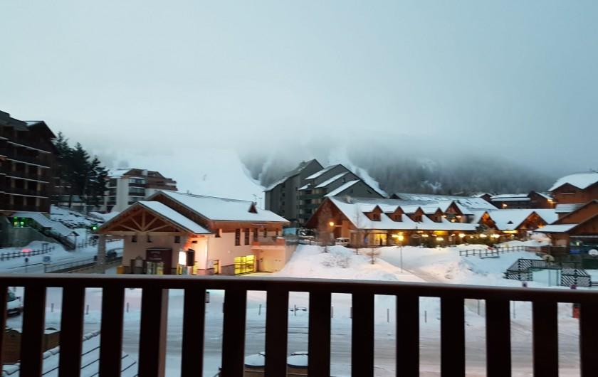 Location de vacances - Appartement à La Joue du Loup - Vue du balcon soir d'hiver, en face les pistes et les commerces