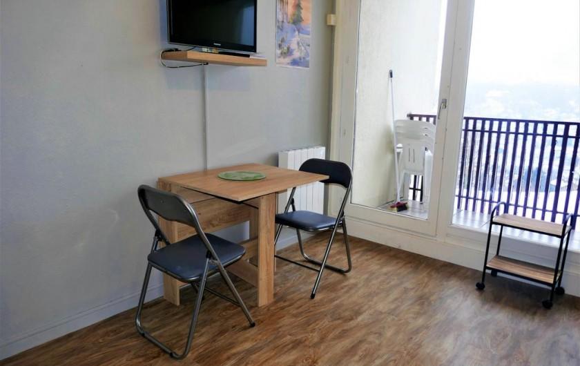 Location de vacances - Studio à Gérardmer - table pliante et TV