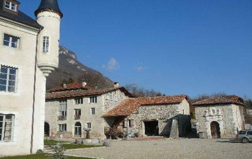 Location de vacances - Gîte à Saint-Vincent-de-Mercuze - Vue du gîte dans la cour du château