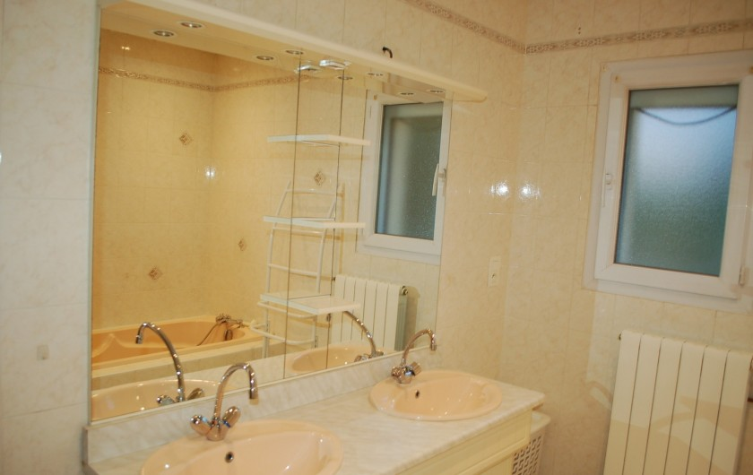 Location de vacances - Villa à Les Granges-Gontardes - Salle de bain (douche + baignoire + double vasques) 2