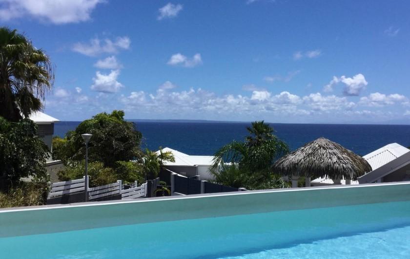 Location de vacances - Villa à Sainte-Anne - Vue mer de la picine