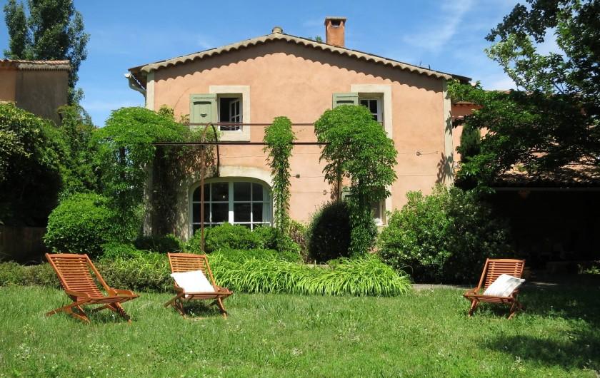 Location de vacances - Mas à Céreste - Mas du Luberon, jardin plein sud, face au Luberon