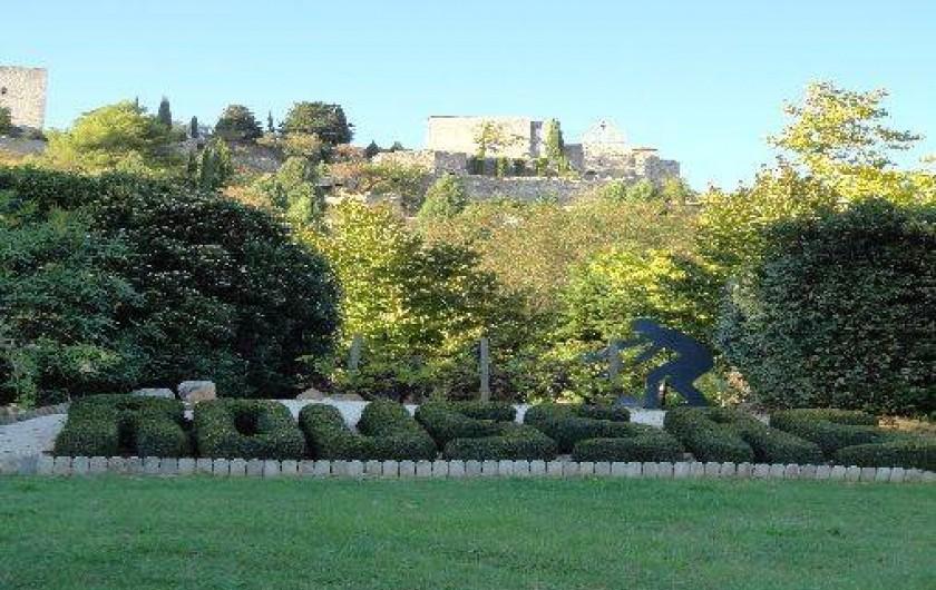 Location de vacances - Villa à Roussas - Vue depuis l'entrée du village sur le château