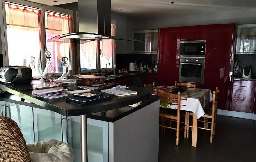 Location de vacances - Chambre d'hôtes à Grayan-et-l'Hôpital - Cuisine ouverte de 20m2 donnant sur la veranda