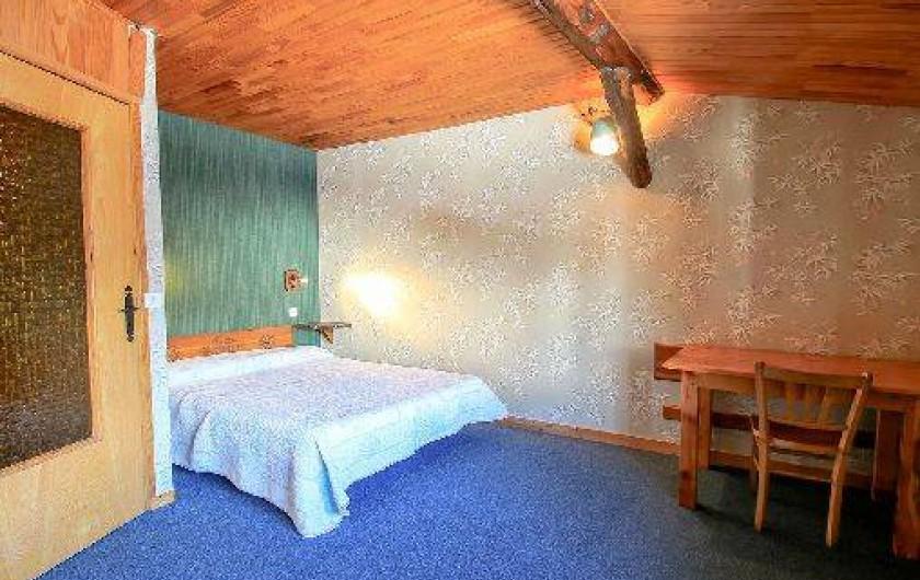 Location de vacances - Chalet à Saint-Véran - La première chambre avec un lit deux places de 140