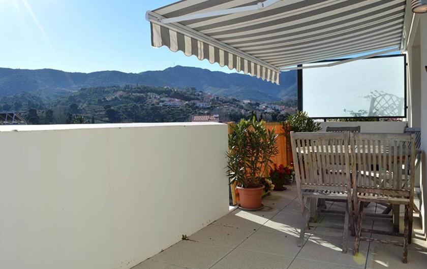 Location de vacances - Appartement à Banyuls-sur-Mer - Terrasse; table et chaises en teck. Chaises longue. Orientation est