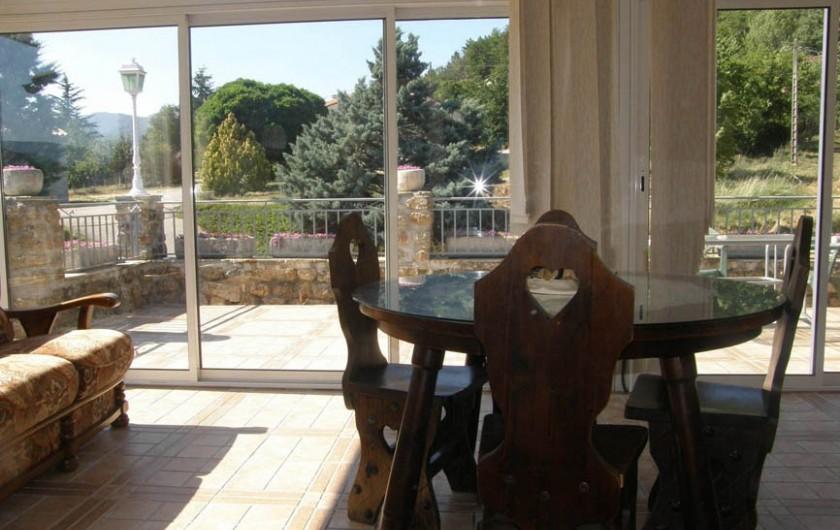 Location de vacances - Gîte à Meyras - du petit salon coup d'oeil  dans la véranda et sur la terrasse