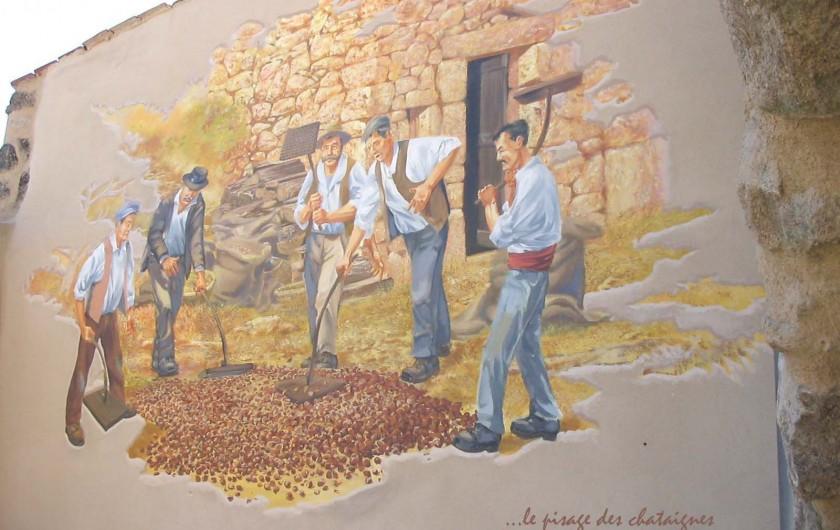 Location de vacances - Gîte à Meyras - Dans village 12 fresques.  - Pisage des châtaignes devant la claide