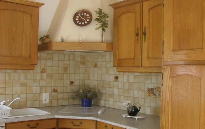 Location de vacances - Gîte à Meyras - Cuisine - avec plaque cuisson, four traditionnel et micro ondes, frig-congel.