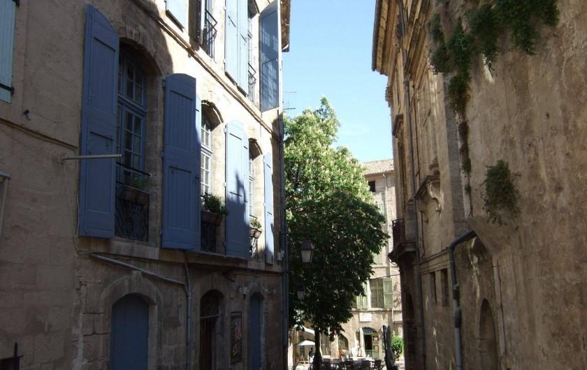 Location de vacances - Appartement à Pézenas - l'immeuble en plein centre historique.