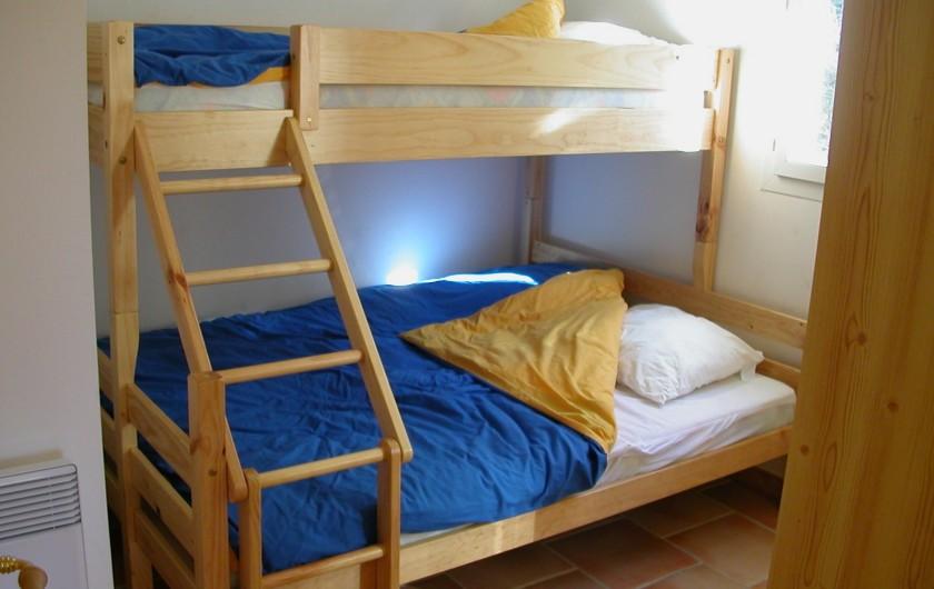 Location de vacances - Gîte à Gagnières - Chambre avec un lit  en 140 superposé d'un lit en 90 = 3 couchages