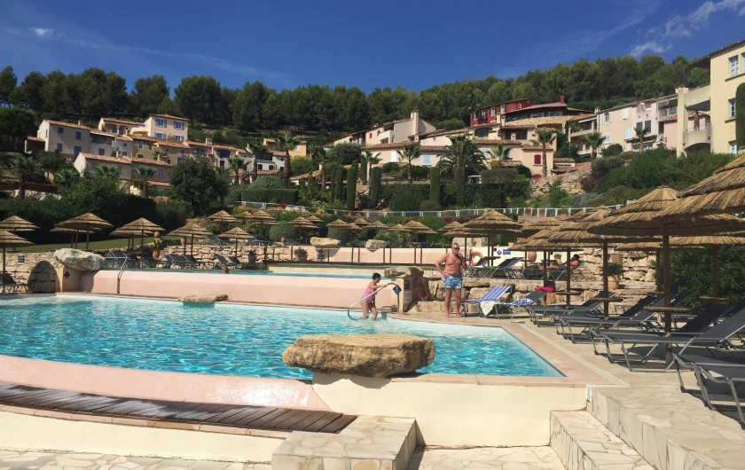 Location de vacances - Appartement à Saint-Cyr-sur-Mer - Vue du Hameau depuis les piscines