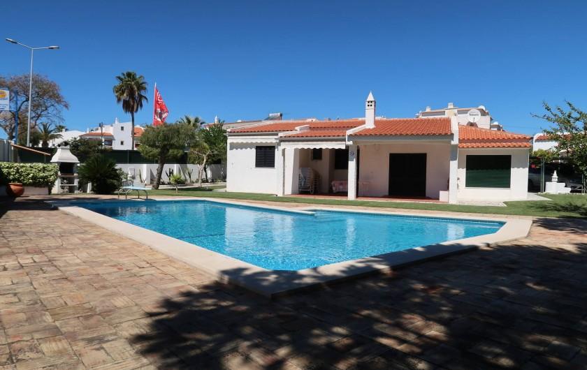 Location de vacances - Villa à Albufeira - Façade principale exposée au sud