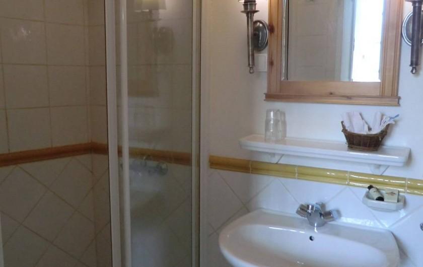 Location de vacances - Chambre d'hôtes à Saint-Lager-Bressac - Salle de bain Chambre COUR