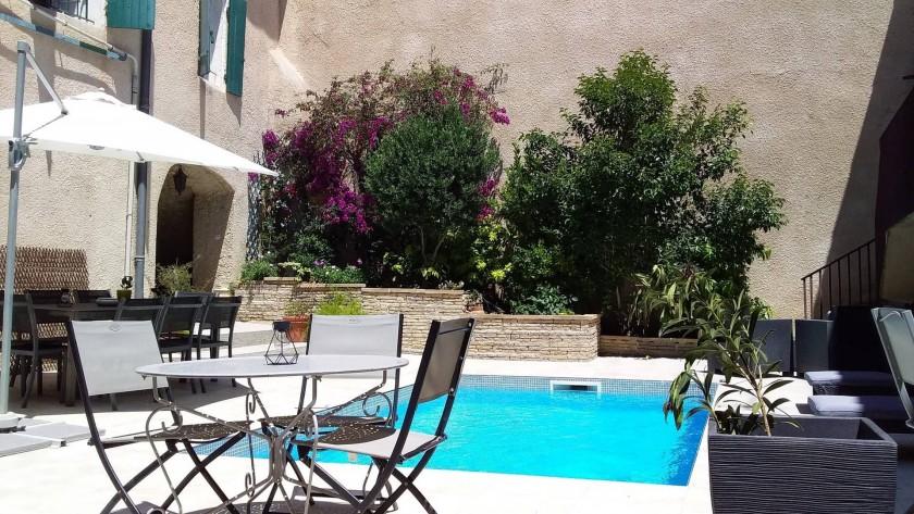 Patio avec piscine, espaces repas et détente