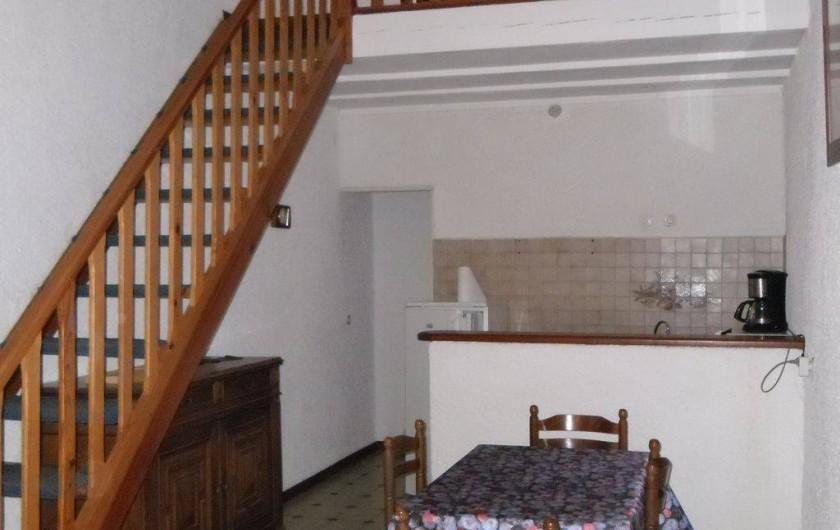 Location de vacances - Appartement à Autignac - Salle et coin cuisine du gîte 3 , avec chambre en mezzanine pour 2 personnes
