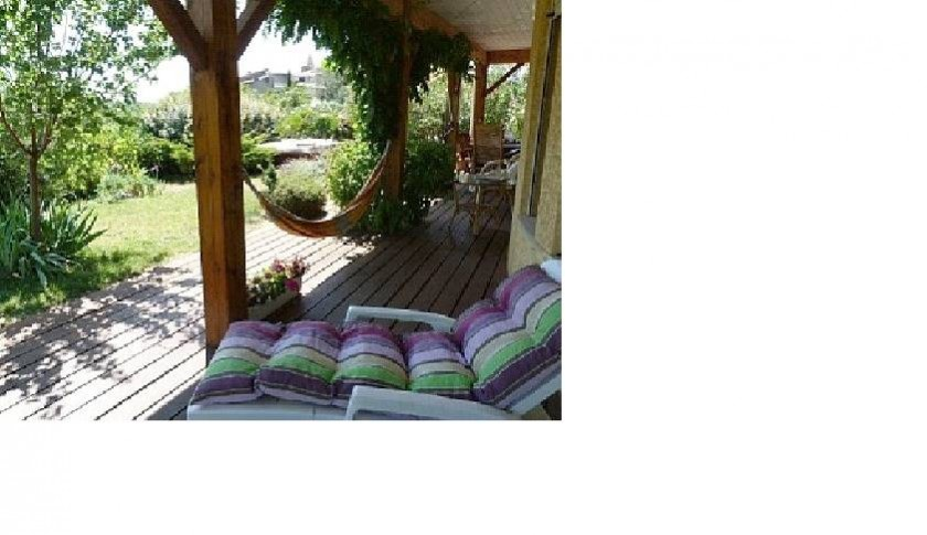 Le veranda et le village au distance