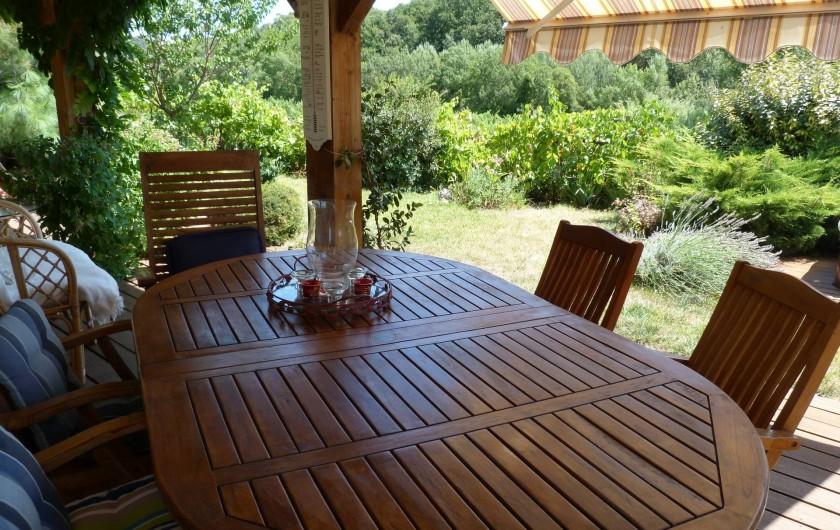 Location de vacances - Chambre d'hôtes à Gabian - Petit dejeuner pris sur le veranda