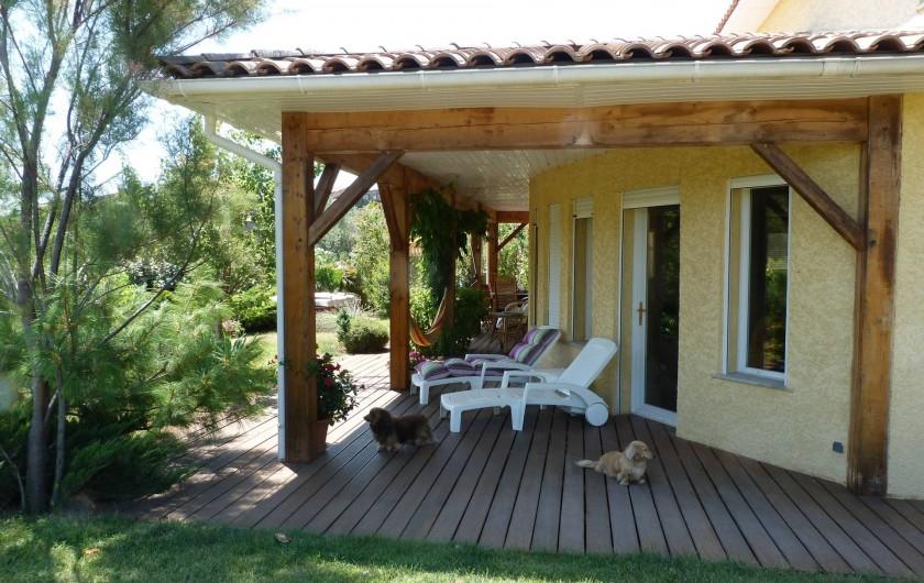 Location de vacances - Chambre d'hôtes à Gabian - Le veranda  avec transats