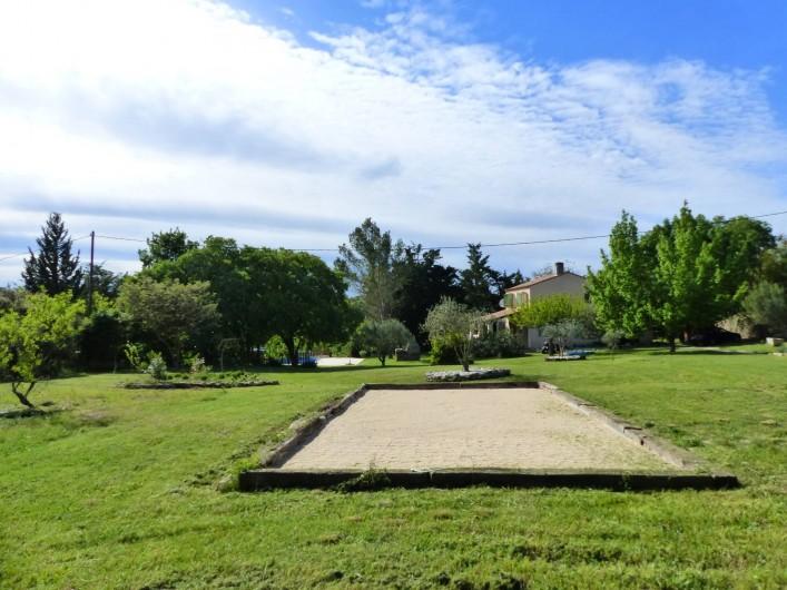 Location de vacances - Villa à Uzès - le terrain de boules et au fond,on voit la piscine