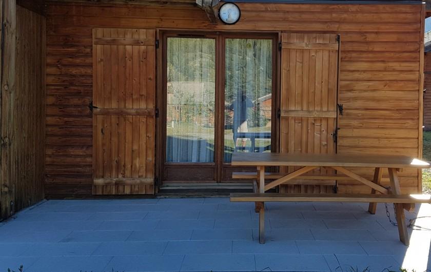 Location de vacances - Chalet à Le Dévoluy - Terrasse 12 m² avec bancs et table
