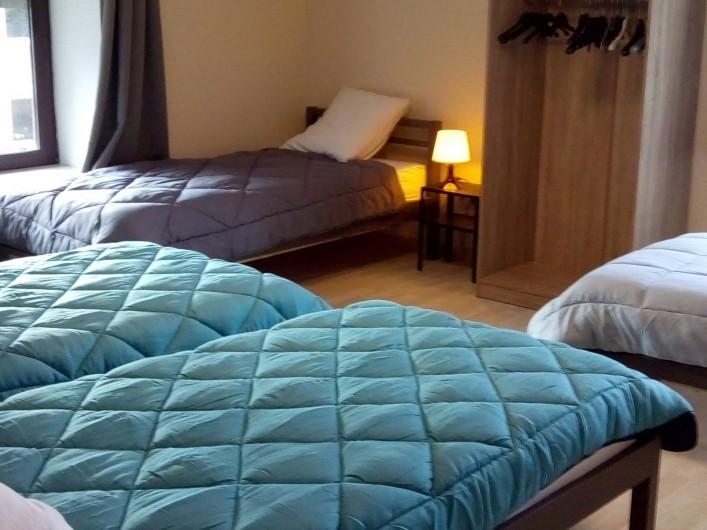 Location de vacances - Gîte à Stavelot - chambre à coucher 4 personnes avec salle de bain, 4 lits de 90 x 200