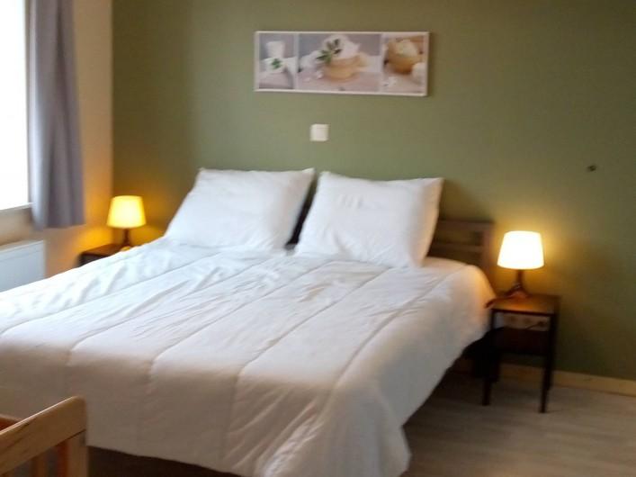 Location de vacances - Gîte à Stavelot - chambre à coucher 2 personnes avec salle de bain, lit de 160 x 200