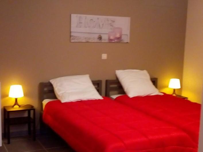 Location de vacances - Gîte à Stavelot - chambre à coucher 3 personnes avec salle de bain, 3 lits de 90 x 200