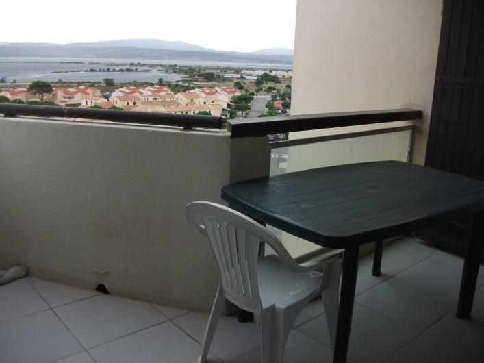 Location de vacances - Appartement à Le Barcarès - terrasse et vue sur les étangs