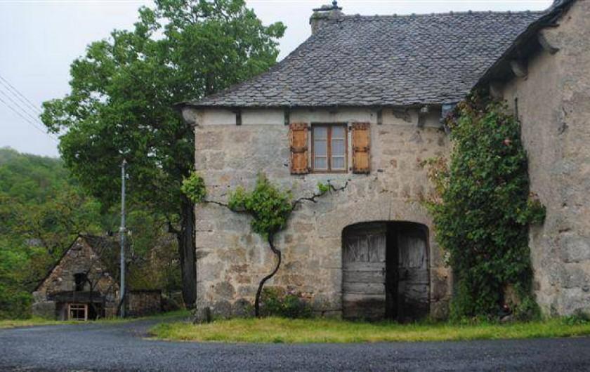Location de vacances - Gîte à Florentin-la-Capelle - Porche d'entrée vers la cour