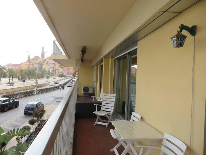 Location de vacances - Appartement à Menton - terrasse avec vue sur Vieux Menton