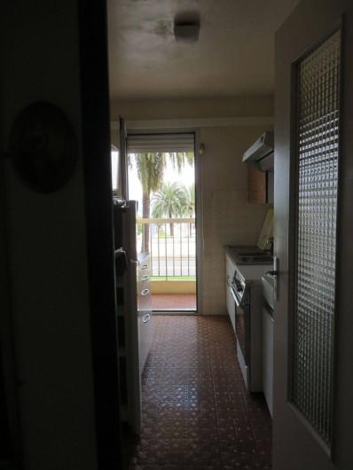 Location de vacances - Appartement à Menton - cuisine avec vue sur mer et accès à la terrasse