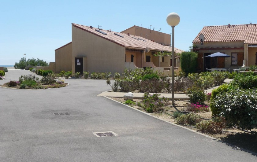 Location de vacances - Maison - Villa à Port Leucate - A gauche lamer, à droite la maison