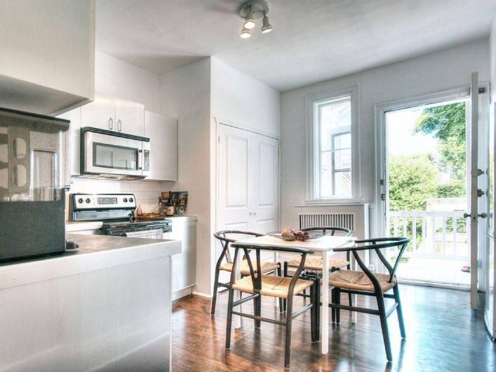 Location de vacances - Appartement à Montréal - Cuisine et la porte donnant accés au balcon