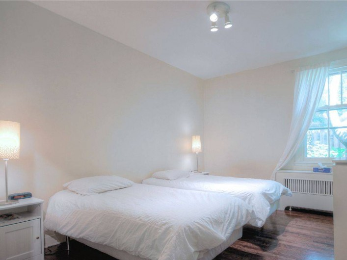 Location de vacances - Appartement à Montréal - La chambre 2 aux deux lits avec vue cour intérieure