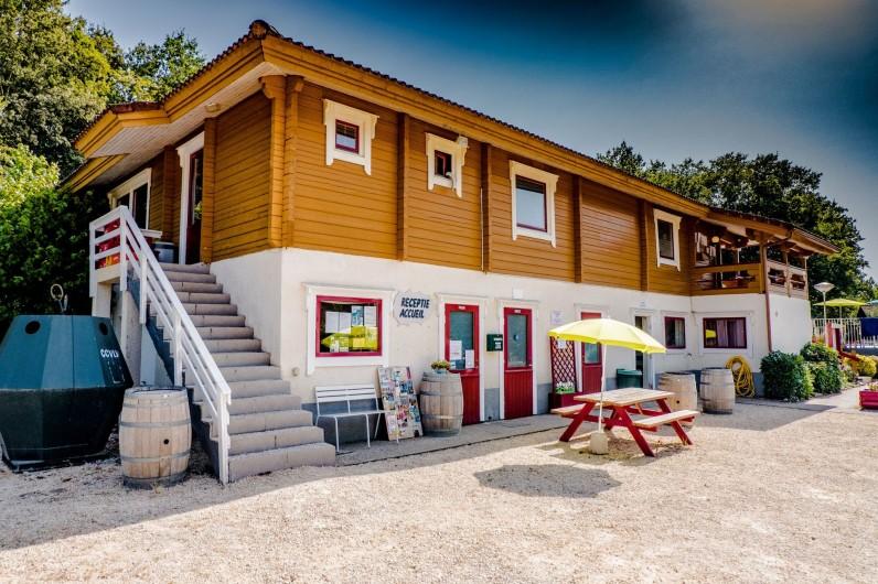Location de vacances - Chalet à Mauroux - Accueil & Poolhouse, avec bar, terrasse, restaurant/snacking