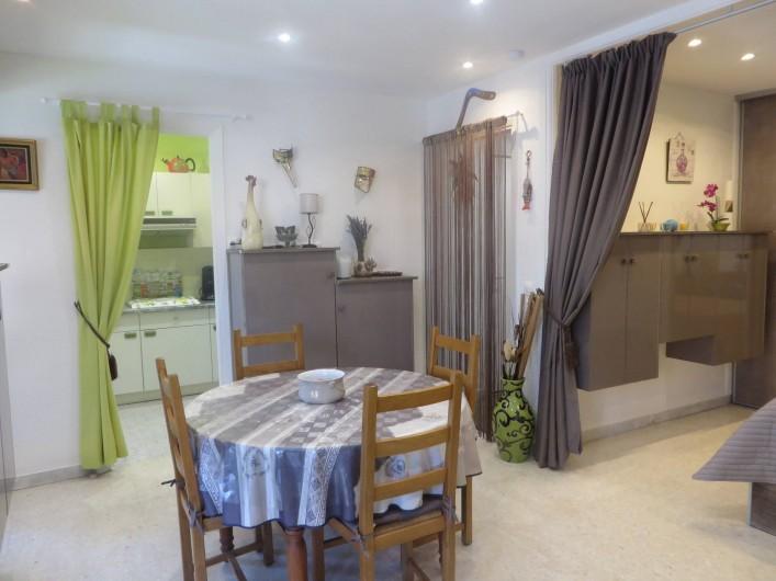 Location de vacances - Appartement à Menton - Coin repas avec de nombreux rangements. Accès cuisine et hall d'entrée.