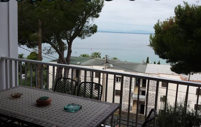 Location de vacances - Appartement à Roses - Terrasse avec vue sur baie de Roses