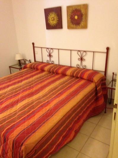 Location de vacances - Appartement à Alénya - Chambre 1 / Grand lit avec douche et lavabo