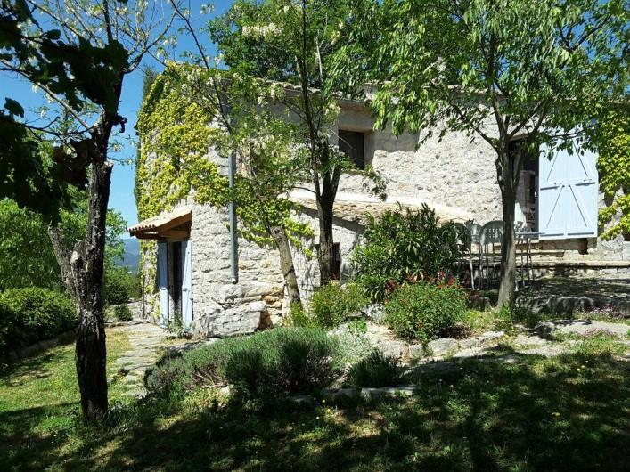 Location de vacances - Villa à Labeaume - jardinet côté sud