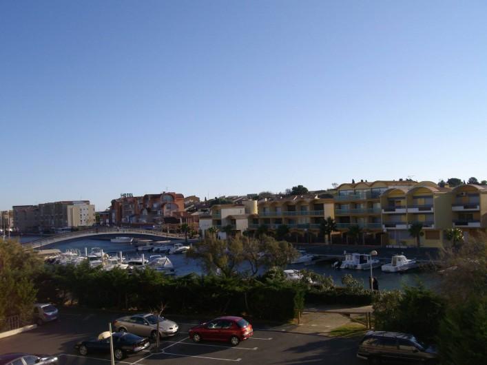 Location de vacances - Appartement à Gruissan - passerelle (piétonne) vu du port
